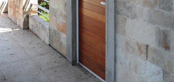 drvena-ulazna-vrata-kuce-na-moru