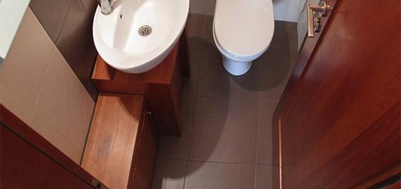 kupatilo-sa-elementima-od-drveta